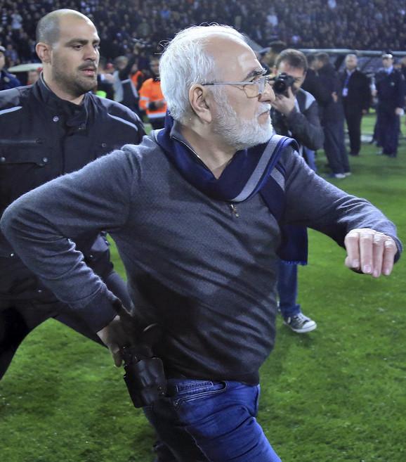 Ivan Savidis sa pištoljem na terenu