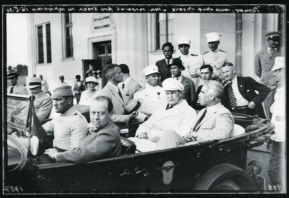 Gering u belom odelu, iza stoji general Bora