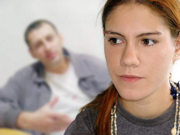 Przy ustaleniu wysokości zobowiązania wzięta została pod uwagę pomoc finansowa, jaką dziewczyna otrzymuje od ojca