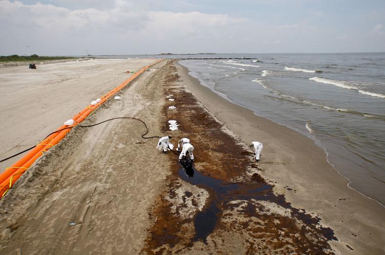 Katastrofa w Zatoce Meksykańskiej: Grand Isle, Louisiana, USA. Pracownik BP oczyszczają plażę z resztek ropy. Foto: Derick E. Hingle/Bloomberg