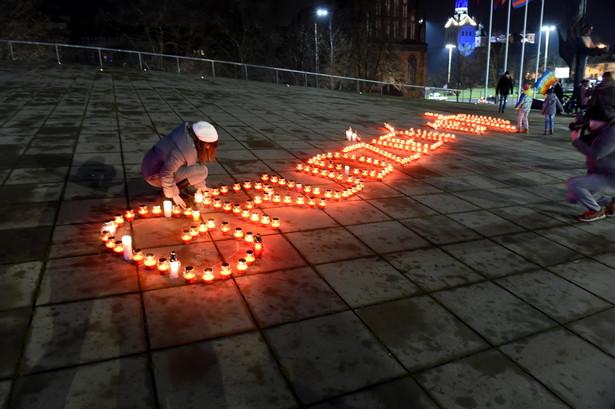 """Na wybrzeżu obchody 47. rocznica wydarzeń grudniowych w 1970 r. Na dachu Muzeum Narodowego w Szczecinie zapłonęły znicze układające się w napis """"grudzień'70""""."""