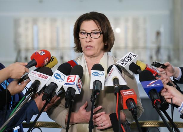 Rzecznik PiS Beata Mazurek rozmawia z dziennikarzami w Sejmie, PAP/Paweł Supernak