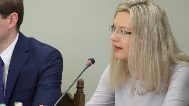 Przewodnicząca sejmowej komisji śledczej ds. Amber Gold na jej dzisiejszym posiedzeniu zaprezentowała się w jasnolawendowej sukience z ...