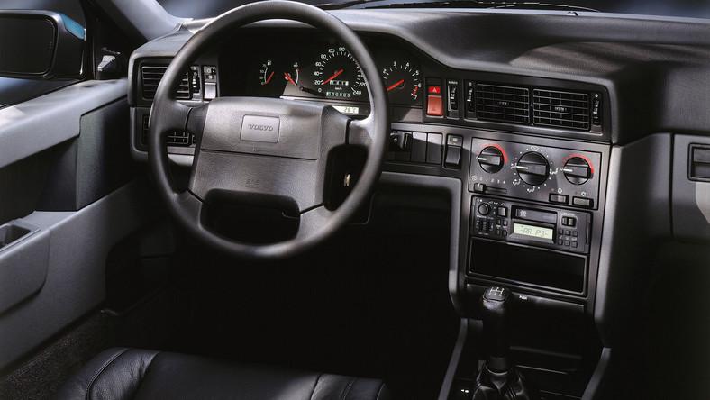 850 to samochód, który pokazał nowe oblicze Volvo. Kwadratowe auto powstało w ramach programu Galaxy, który zakładał całkowitą modernizację oferty szwedzkiej marki. W efekcie dziś fani Volvo uznają jedynie dwa modele skandynawskiego producenta: 240, produkowane przez blisko 20 lat (1974-93), oraz jego następcę - 850 (1991-96). Ten ostatni należy do aut ponadprzeciętnie trwałych i niezawodnych...