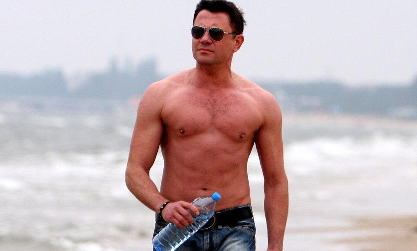 Krzysztof Ibisz na plaży