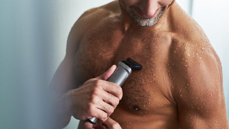 Mężczyzna goli ciało