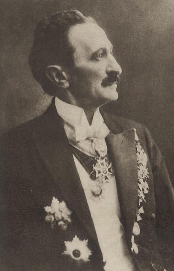 Bransilav Nušić u svečanom odelu sa odlikovanjima