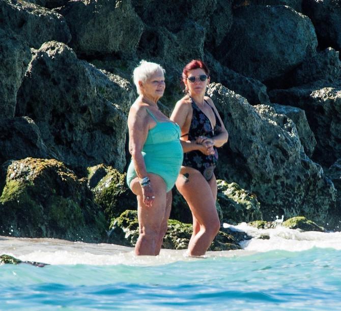 Džudi Denč u kupaćem kostimu sa prijateljicom na Barbadosu