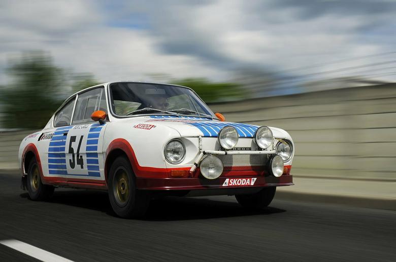 Rajdowa wersja wyraźnie różniła się od swej wyścigowej poprzedniczki mniejszym przednim spoilerem oraz czterema dodatkowymi reflektorami