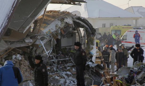 Samolot Fokker-100 linii Beck Air, lecący z Ałma Aty do stołecznego Nur-Sułtanu, stracił wysokość podczas startu, przebił betonowe ogrodzenie lotniska, po czym uderzył w dwupiętrowy budynek.
