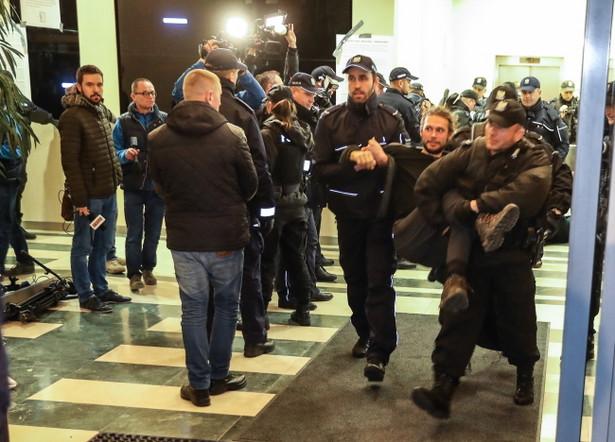 Policja usuwa protestujących przeciw wycince Puszczy Białowieskiej