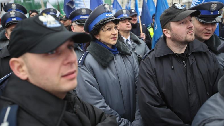"""Związkowcy przed Sejmem gwizdali i krzyczeli, a także zaśpiewali premierowi piosenkę """"Idź precz""""."""