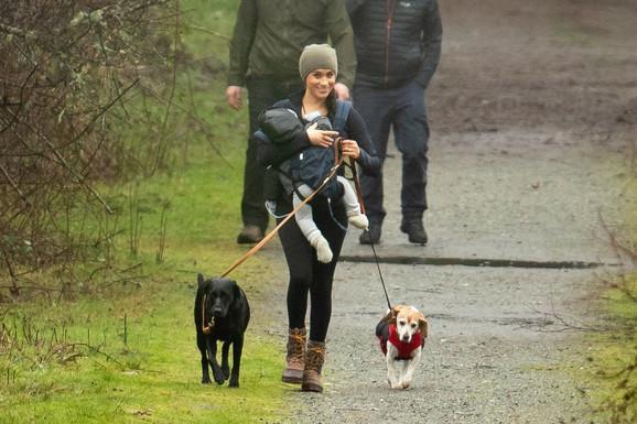 Megan je prošetala sa Arčijem i psima dok je Hari bio na putu kući