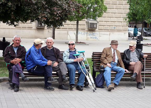 Prihode u Srbiji čine plate sa 42 odsto i penzije sa 30 odsto
