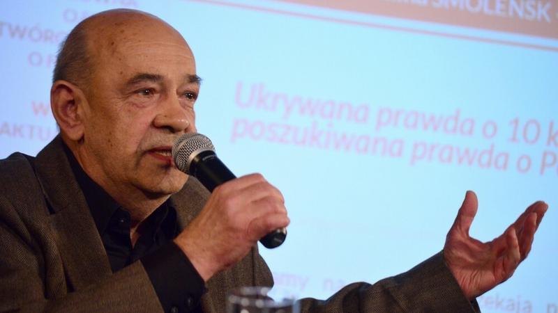 """Antoni Krauze na konferencji twórców filmu fabularnego """"Smoleńsk"""" (fot.East News)"""