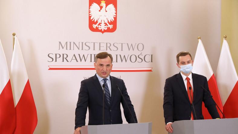 Minister sprawiedliwości, Prokurator Generalny Zbigniew Ziobro (L) oraz wiceminister sprawiedliwości Sebastian Kaleta (P)