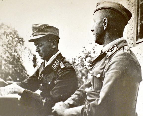 Postoji nekoliko ratnih fotografija Hansa Kola (sa naočarima u uniformi)