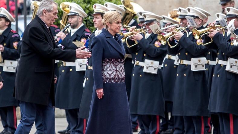 W kończącym się tygodniu prezydent Chorwacji przebywała z wizytą w Czechach i to właśnie tam zaprezentowała bardzo oryginalnie zdobiony płaszcz...