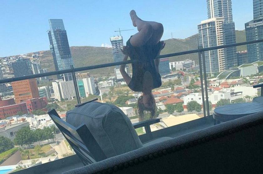 Młoda kobieta ćwiczyła i... wypadła z balkonu