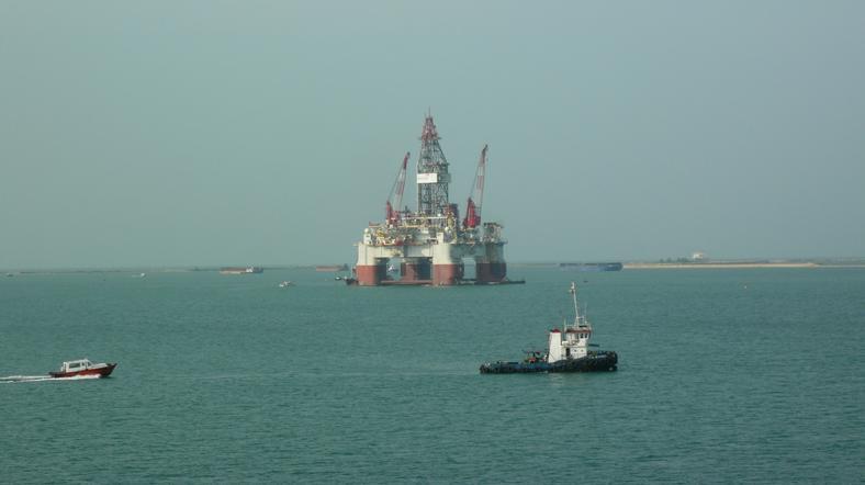 "Platforma typu ""semi-submersible"" dryfująca na morzu"