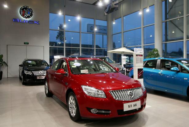 Buick Regal w salonie Yongda w Szanghaju. Ten model Buicka znany w Europie jako opel Insignia to jeden z najlepiej się sprzedających w Chinach samochodów GM.