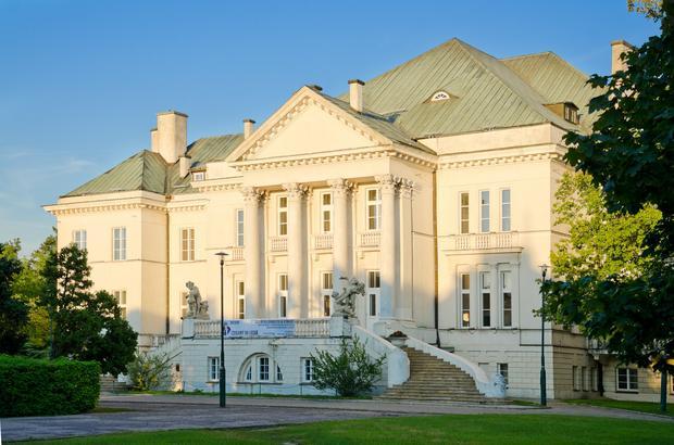 Otwock, budynek tzw. kasyna. Zaprojektowany przez W. Horodeckiego, odany 1933 r. nigdy nie pelnil funkcji kasyna gry