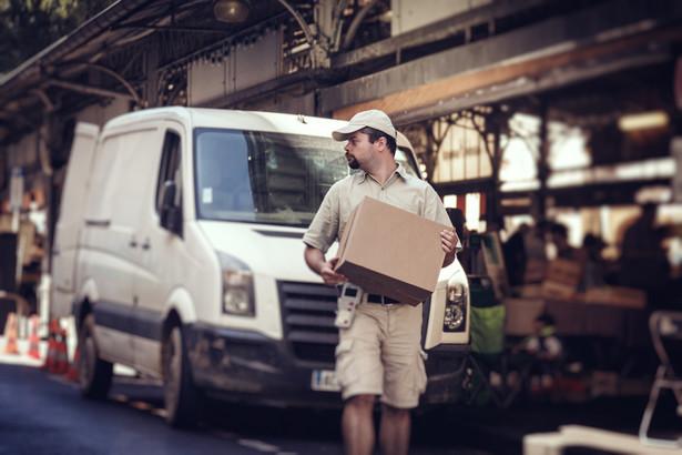 Ustawodawca celowo więc wyodrębnił dostawę świadczoną za pośrednictwem poczty lub przesyłek kurierskich jako warunek uprawniający do zwolnienia z ewidencjonowania za pomocą kasy rejestrującej – stwierdził dyrektor KIS.