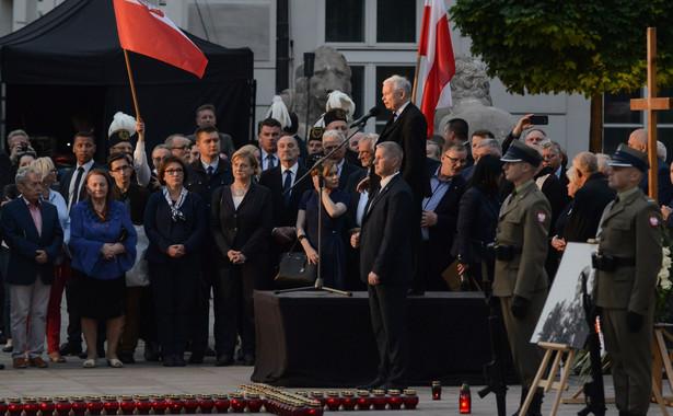 10 czerwca wieczorem na Krakowskim Przedmieściu w Warszawie kilkadziesiąt osób zakłóciło obchody miesięcznicy smoleńskiej siadając na jezdni; próbowali w ten sposób zatrzymać przemarsz przed Pałac Prezydencki. Policja usunęła kontrmanifestantów z trasy marszu, wśród nich był Władysław Frasyniuk, opozycjonista z czasów PRL.