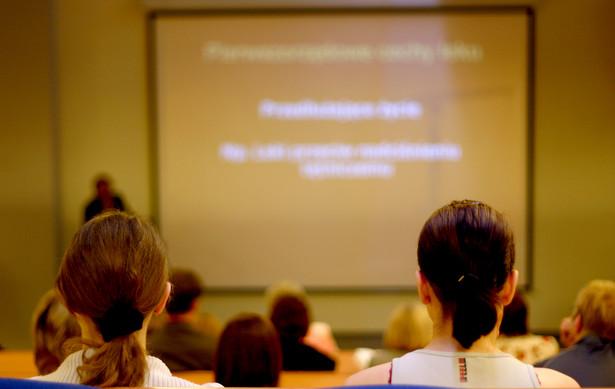 Pracodawcy, którzy zawrą umowy ze starostami, otrzymają dofinansowanie do szkoleń i studiów podyplomowych pracowników.