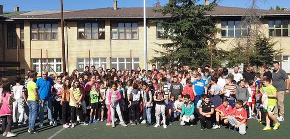 Fudbaleri Radničkog u poseti osnovnoj školi