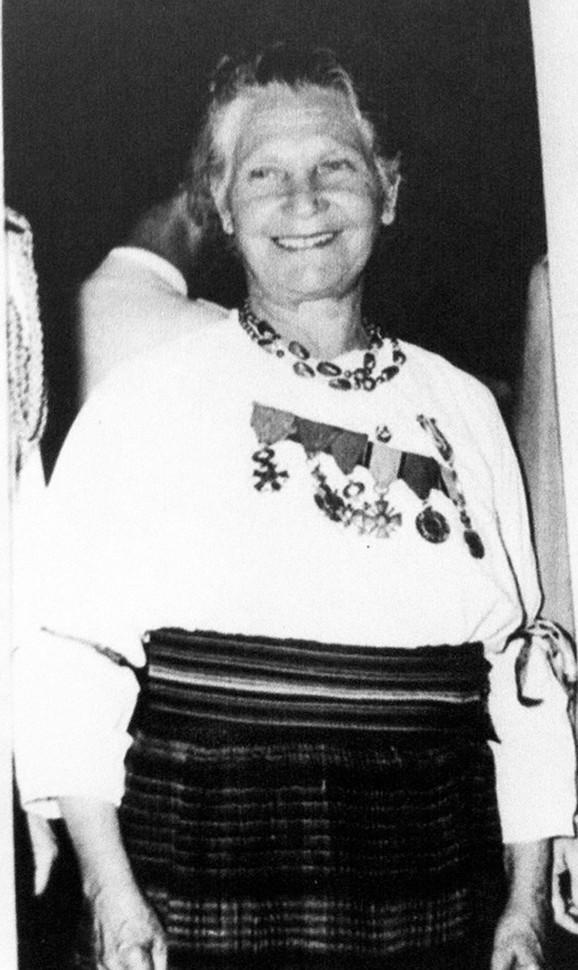 Na susrete s ratnim drugovima je odlazila u šumadijskoj narodnoj nošnji sa ordenjem