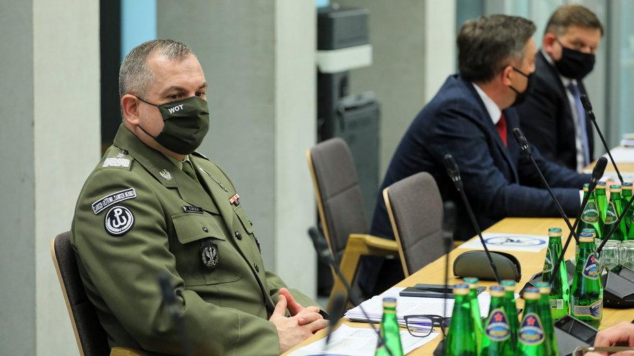 Dowódca WOT gen. dyw. Wiesław Kukuła (L) podczas posiedzenia sejmowej Komisji Obrony Narodowej
