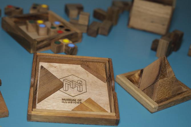 Drvene didaktičke igre su jednostavni drveni blokovi ili kocke različitih boja koje pomažu detetu da savladava određene veštine, počev od onih jednostavnijih, kao što su učenje boja, oblika, veličine, sve do kompleksnih, poput razvijanja kreativnosti, simbolike, jezika, veštine rešavanje problema...
