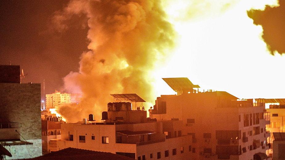 Płonące budynki po izraelskim nalocie na Gazę