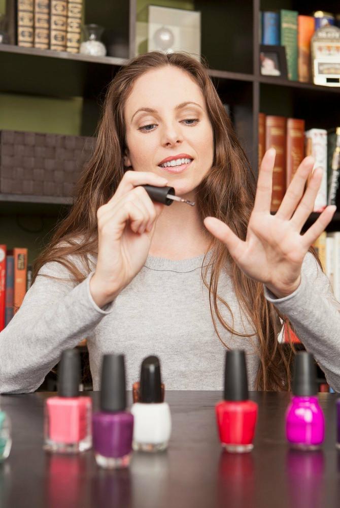 Pre lakiranja važno je izvršiti pripremu nokta