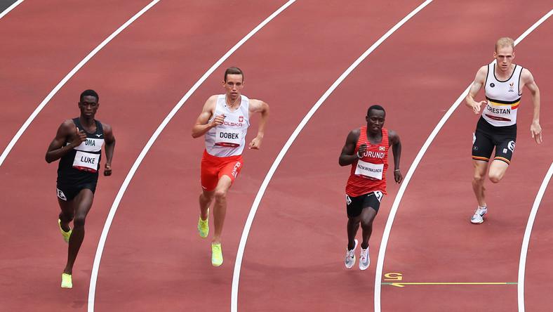 Patryk Dobek (2L) w biegu eliminacyjnym na dystansie 800 m mężczyzn