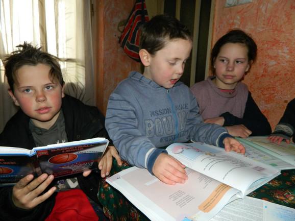 Robert, Čongor i Čila moraju da uče pored prozora