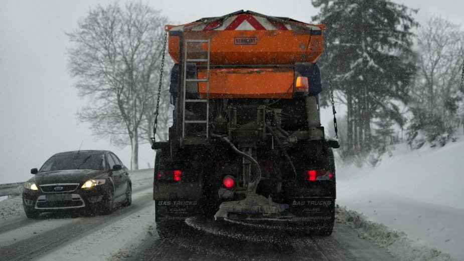 """Ciągle sypie. Co z """"zimowym utrzymaniem dróg""""?"""