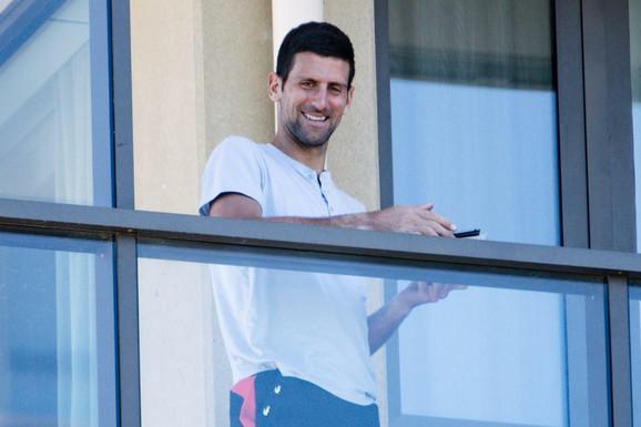 Novak Đoković je sedeo i čitao knjigu, a onda su mu pažnju privukli dečaci ispod njegove terase. Njihov otac je OSTAO ZATEČEN reakcijom najboljeg na svetu /VIDEO/