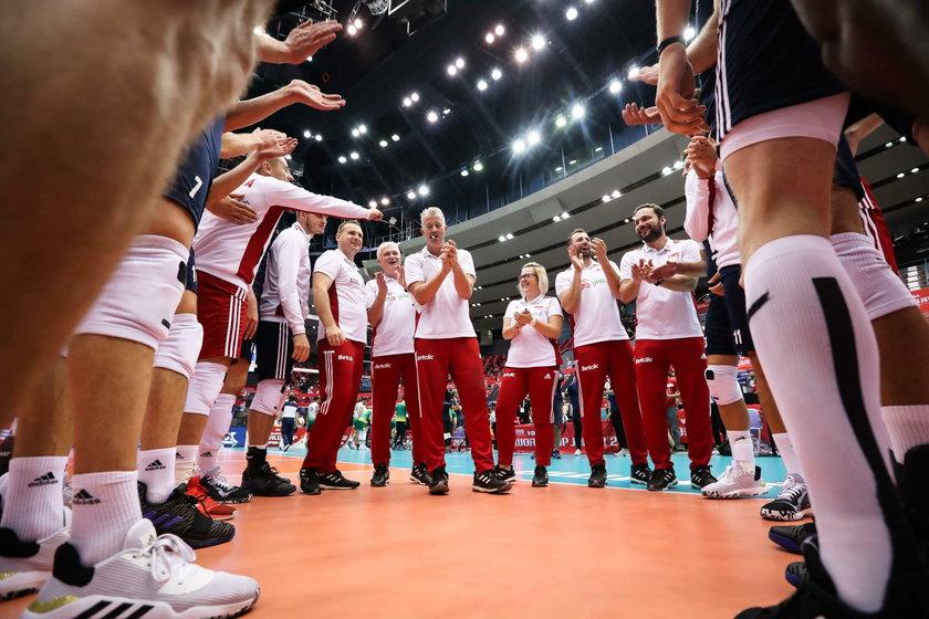 Belgijski trener reprezentacji Polski siatkarzy nie tylko zdobywa z nią sukcesy, ale chętnie dzieli się nimi z kibicami.