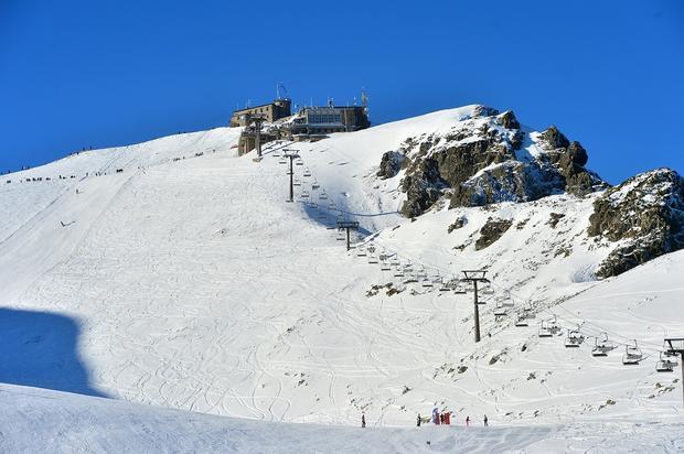 Gąsienicowa, na szczycie obserwatorium IMGW, poniżej stacje gorne KL Kasprowy i KL Gąsienicowa