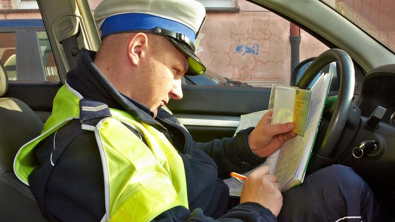 Policja zabiera dowód rejestracyjny