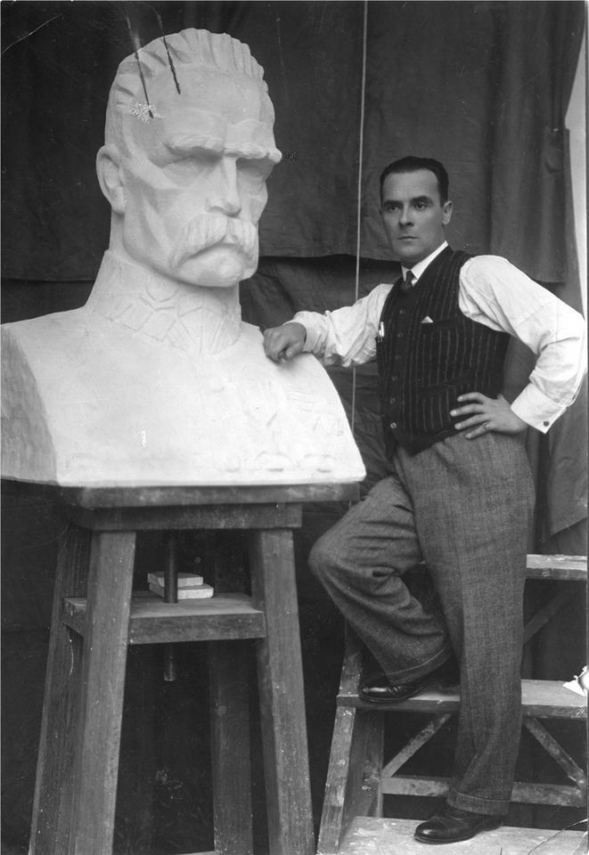 Warszawa. Antoni Miszewski – artysta rzeźbiarz – przy popiersiu Józefa Piłsudskiego