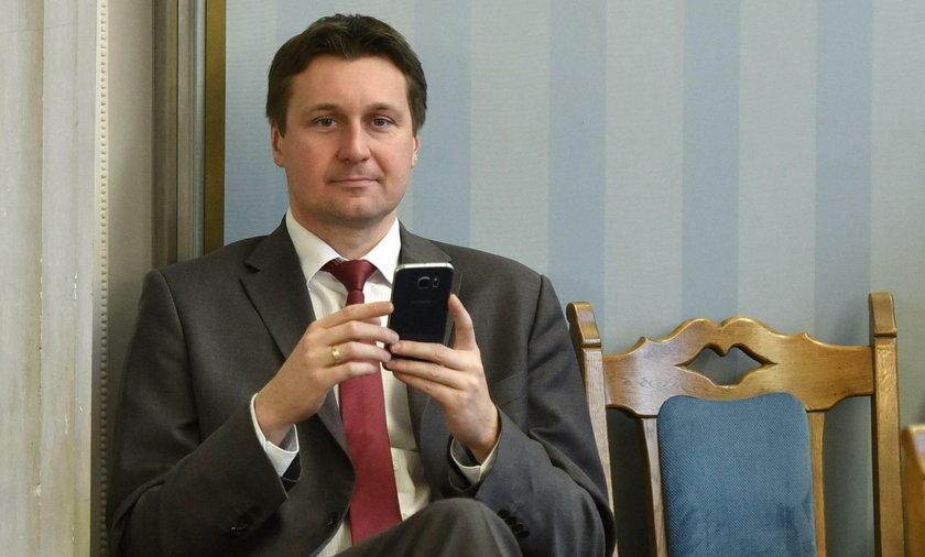 Polacy płacili za telefony jego rodziny!