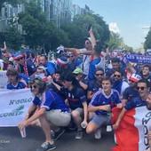 """Mađari jesu napravili navijačku ludnicu u Budimpešti, a onda su se na ulici pojavili Francuzi i ZAPEVALI """"MARSELJEZU"""" /VIDEO/"""