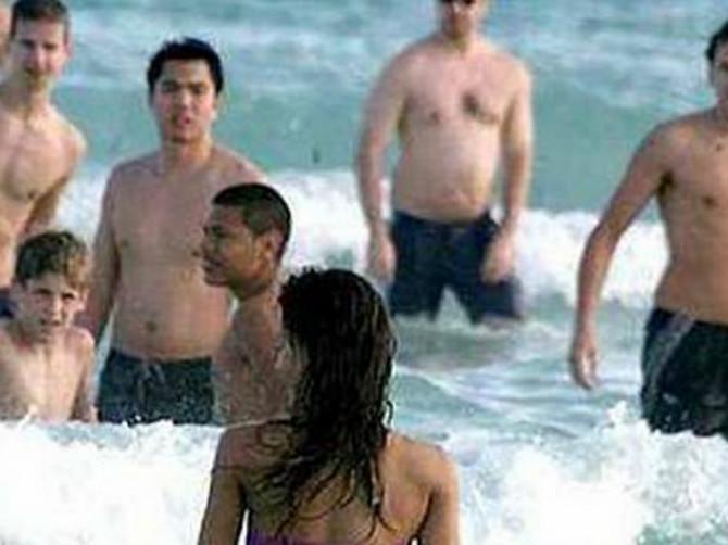 Došetala je na plažu, a svi su POPADALI OKO NJE: Nema šanse da pogodite zašto su SVI MUŠKARCI ZINULI U OVU DEVOJKU