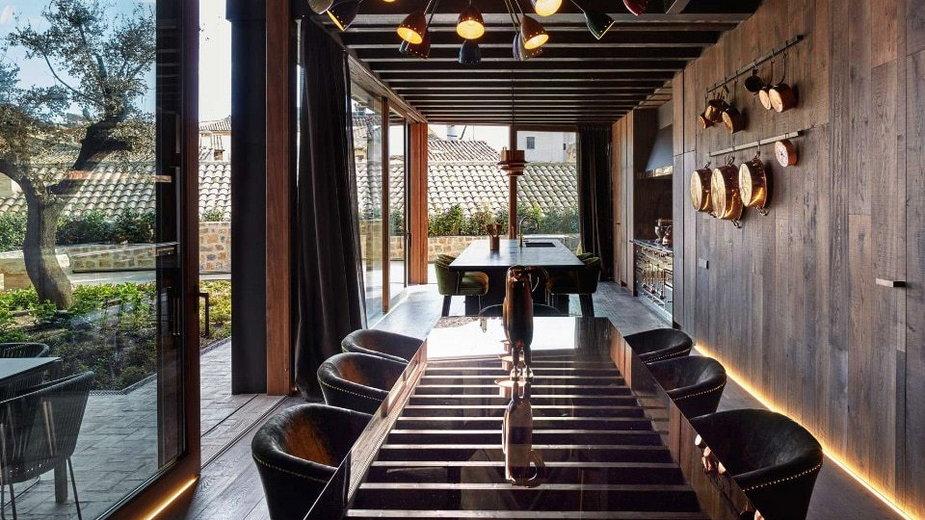 pochwala-prostoty-i-ciemne-barwy-nowoczesny-dom-w-hiszpanii-ikona