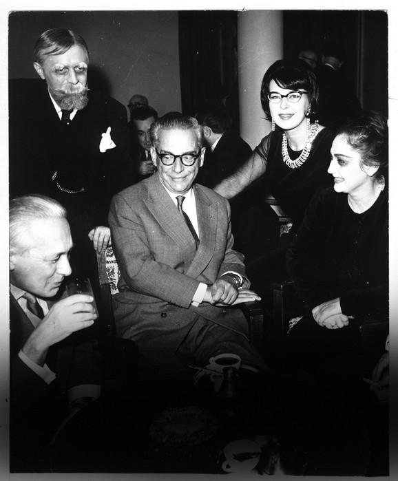 Andrić sa glumcima u Jugoslovenskom dramskom pozorištu