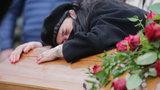 Żona Krzysztofa Krawczyka pogrążona w głębokiej rozpaczy dwa razy przytulała i całowała trumnę