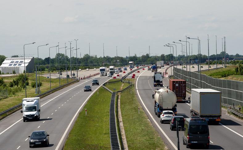 Ciężarówki i samochody osobowe na drodze